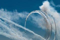 Die Schleife durchgeführt durch vier Sportflugzeuge Stockfotos