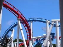 Die Schleife einer Achterbahn mit blauem Himmel Lizenzfreies Stockbild