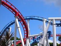Die Schleife einer Achterbahn mit blauem Himmel Lizenzfreies Stockfoto