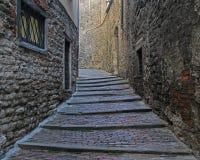 Die schmale Straße in der alten Stadt von Bergamo stockbild