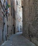 Die schmale Straße in der alten Stadt von Bergamo lizenzfreie stockbilder