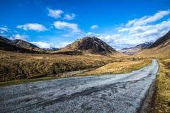 Die schmale Straße durch schönen Glen Etive in den Hochländern von Schottland lizenzfreie stockfotos