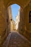 Die schmale Straße von Mdina, die alte Hauptstadt von Malta Lizenzfreie Stockfotografie