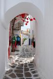 Die schmalen Straßen auf der Insel von Mykonos Stockfotografie