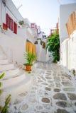 Die schmalen Straßen mit blauen Balkonen, Treppe, weißen Häusern und Blumen im schönen Dorf in Griechenland Schön Lizenzfreies Stockfoto