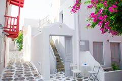 Die schmalen Straßen mit blauen Balkonen, Treppe, weißen Häusern und Blumen im schönen Dorf in Griechenland Schön Stockfotos