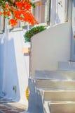 Die schmalen Straßen mit blauen Balkonen, Treppe, weißen Häusern und Blumen im schönen Dorf in Griechenland Schön Stockfoto