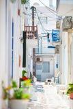 Die schmalen Straßen von griechischer Insel mit blauen Balkonen, Treppe und Blumen Errichtendes Äußeres der schönen Architektur Stockbild