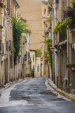 Die schmalen Straßen von Pezenas in Süd-Frankreich machen es ein bezauberndes Dorf Lizenzfreie Stockfotos
