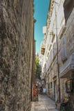 Die schmalen Wege an der alten Stadt von Dubrovnik lizenzfreie stockfotografie