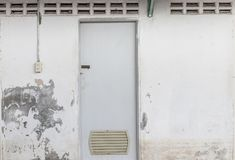 Die schmutzige Toilettentür und alte die Wandschalenbeschaffenheit Lizenzfreies Stockbild