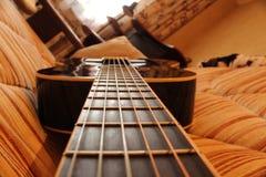 Die Schnüre der schwarzen Gitarre Stockbild