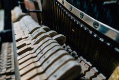 Die Schnüre des alten Klaviers stockfotos
