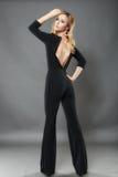 Die schöne elegante Frau kleidete im modernen Schwarzen an lokalisiert an Lizenzfreies Stockfoto