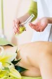 Frau, die hintere Massage des Wellness im Badekurort hat Stockfotografie