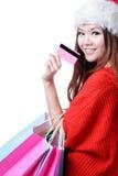 Die schöne glückliche Weihnachtsfrau nehmen Kreditkarte Stockbild