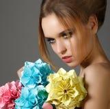 Die schöne helle Frau, die Blumenstrauß des Papierorigamis hält, blüht Lizenzfreie Stockfotos