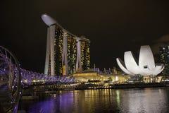 Die Schneckenbrücke, das Marina Bay Sands- und Art Science-Museum Lizenzfreie Stockfotografie
