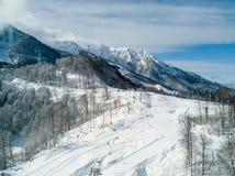 Die schneebedeckte Bahn in Rosa Khutor stockfotos