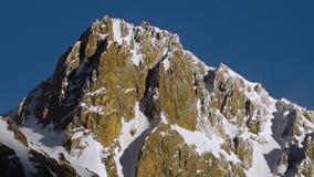 Die schneebedeckte Spitze des Berges stock video footage