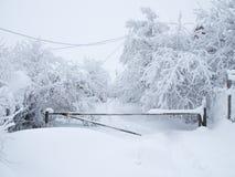 Die schneebedeckte Straße wird durch eine Sperre geschlossen und zu überschreiten ist unmöglich stockfoto