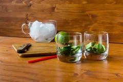 Die Schnittbestandteile für ein Cocktail in einem Glas auf dem Tisch lizenzfreie stockfotos