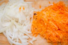 Die Schnittkarotten und -zwiebeln Frische Karotten Frische Zwiebeln Tankstelle für Salat Stockfoto