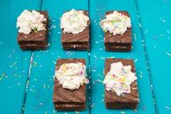 Die Schokoladenkuchen, die mit der Schlagsahne und Zucker bereifen Draufsicht verziert wurden, tonten selektiven Fokus Lizenzfreie Stockfotos