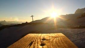 Die schräg liegenden Strahlen der untergehenden Sonne auf einem hölzernen Gehweg über den Oberteilen stock video footage