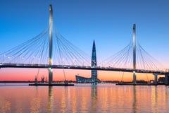 Die Schrägseilbrücke über der Petrovsky-Fahrrinne des Westens Lizenzfreie Stockbilder