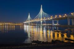 Die Schrägseilbrücke über der Petrovsky-Fahrrinne des Westhochgeschwindigkeitsdurchmessers Russland St Petersburg Stockbild