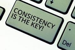 Die Schreibensanmerkung, die Übereinstimmung zeigt, ist der Schlüssel Geschäftsfoto, das volle Widmung zu einer Aufgabe eine Gewo lizenzfreie stockfotografie