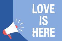 Die Schreibensanmerkung, die Liebe zeigt, ist hier Geschäftsfoto, das romantisches reizendes Gefühl des Gefühls positive Ausdruck stock abbildung
