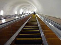 Die Schritte der Rolltreppe in der Metro Stockbilder