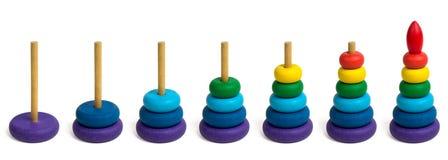 Die Schritte des Errichtens einer Spielzeugpyramide Stockfotografie