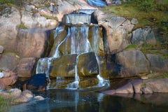 Die Schritte des Wasserfallabschlusses oben Der Putouskalli-Felsen im Sappoka-Park Kotka, Finnland Stockbild
