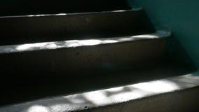 Die Schritte, die im Eingang des Sonnenlichts zuhause konkret sind, fällt Zeitlupevideo stock footage