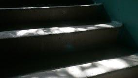 Die Schritte, die im Eingang zuhause des Sonnenlichts konkret sind, fällt Zeitlupevideo stock video
