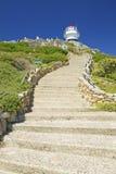 Die Schritte, die zu altes Kap führen, zeigen Leuchtturm auf Kap-Punkt außerhalb Cape Towns, Südafrika Lizenzfreies Stockfoto