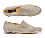 Die Schuhe der beige Veloursledermänner Stockbilder