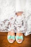 Die Schuhe der Braut am Hochzeitstag Stockbild