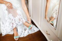 Die Schuhe der Braut am Hochzeitstag Lizenzfreie Stockfotos