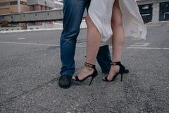 Die Schuhe der Frauen auf den Beinen einer Frau stockfotografie