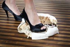 Die Schuhe der Frauen mit Kuchen lizenzfreies stockfoto