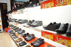 Die Schuhe der Frauen werden in der Speicheranzeige verkauft Lizenzfreies Stockbild