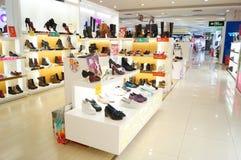Die Schuhe der Frauen werden in der Speicheranzeige verkauft Stockfotografie