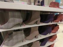 Die Schuhe der Frauen zeigten für Verkauf an einem Speicher an stockfotos