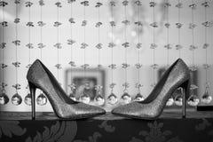 Die Schuhe der Hochzeitsbraut Wedding wei?e Schuhe Schwarzweiss-Foto Pekings, China Schuhe mit Bergkristallen stockbilder