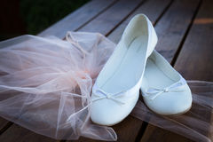Die Schuhe der lebens- Braut noch heiraten Stockbild