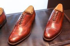 Die Schuhe der Männer auf dem Schaufenster Lizenzfreies Stockfoto